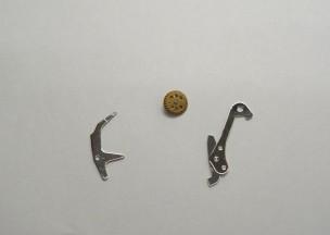 オメガ シーマスタープロフェッショナルクロノ 交換した部品。左からクラッチレバー、切替車、リセットハンマー