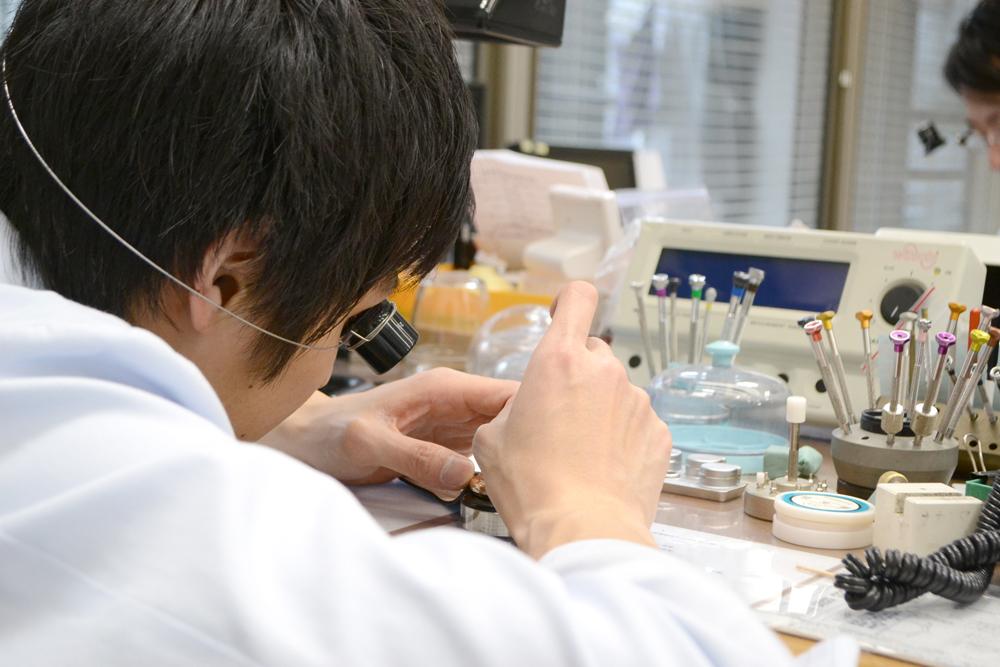 cc5d4282fc 社内に修理や専門の仕上げブースを設け、社内で修理業務を行っています。そのため外注に頼る他社とは違い、安心でなおかつ安価な腕時計修理をご提供しています。