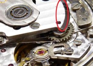 オメガ スピードマスターオートマチックデイト 油?湿気?汚れと、ローター擦れ跡(赤枠部分)