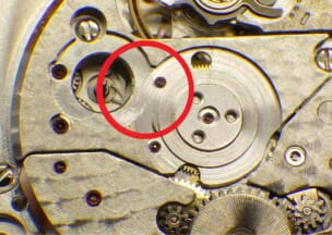 シャネル J12 巻上げ中間車を外すとガンギ車の歯先が見えます