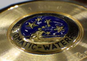ロンジン コンクエストヘリテージ 裏蓋はエナメルのメダリオンで飾られています。